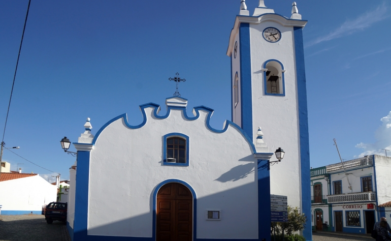 Here you can see the church and main square in Santa Clara a Velha in Alentejo
