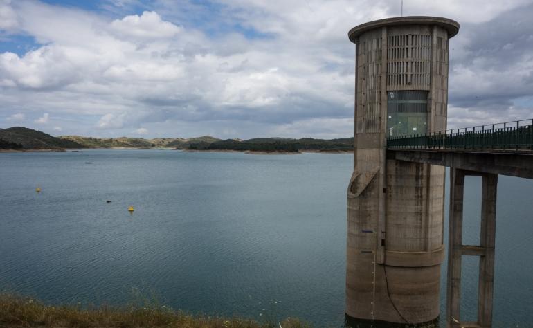 Visit the Santa Clara Dam and feel the peace of the Mira River
